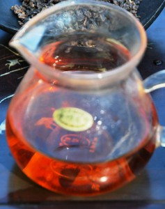 DMS Shi Er Black Pearls, red liquor in a glass tea pot, black tea from Thailand